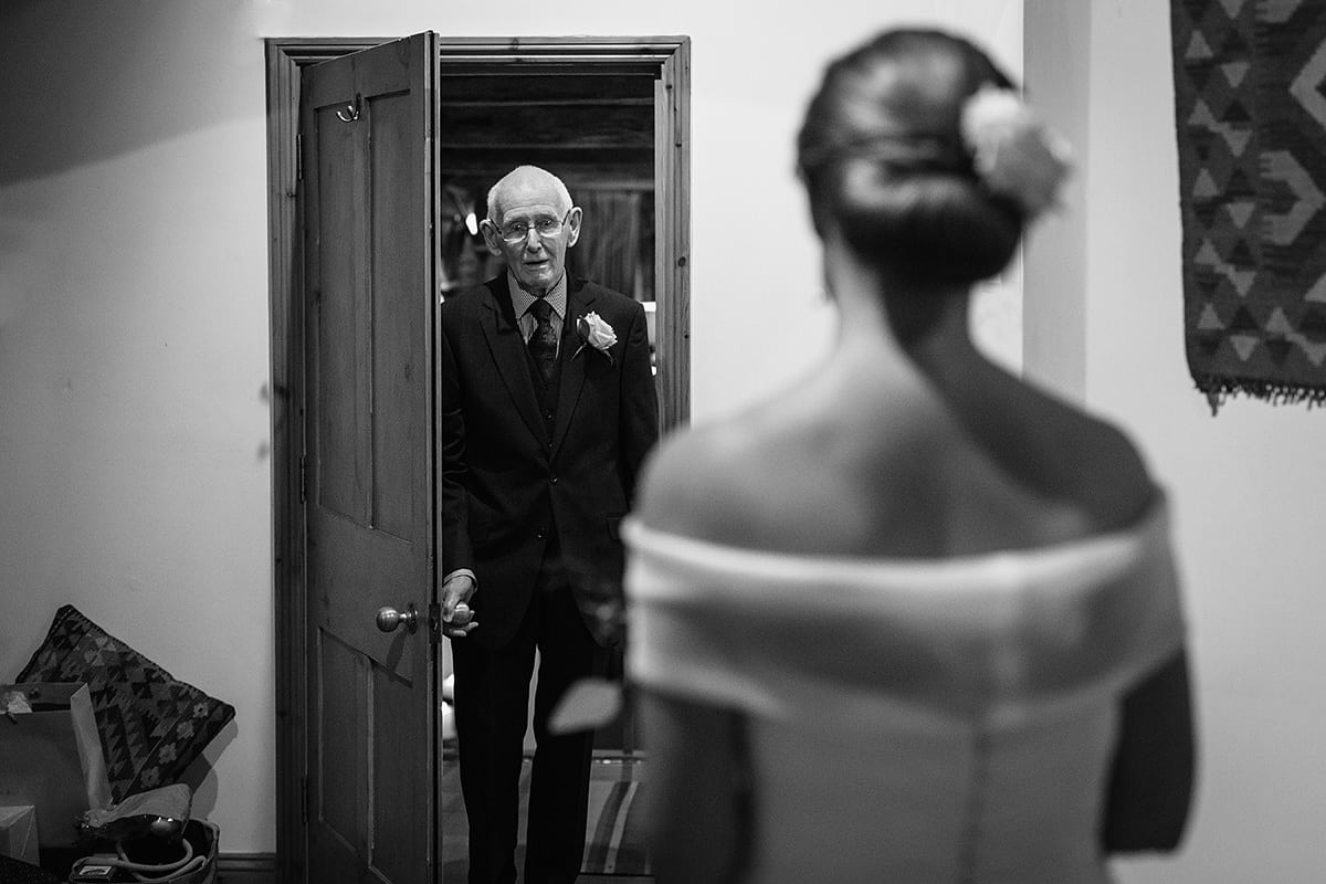 dad sees the bride for the first time