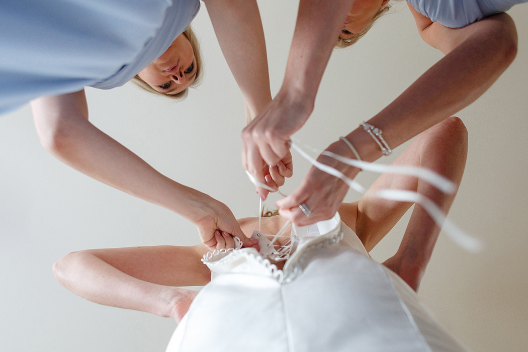 lacing up the brides dress