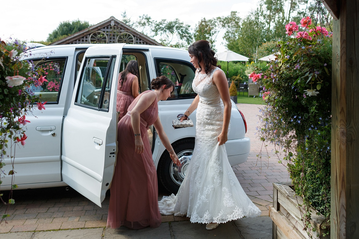 the bride leaves her taxi with the bridesmaids