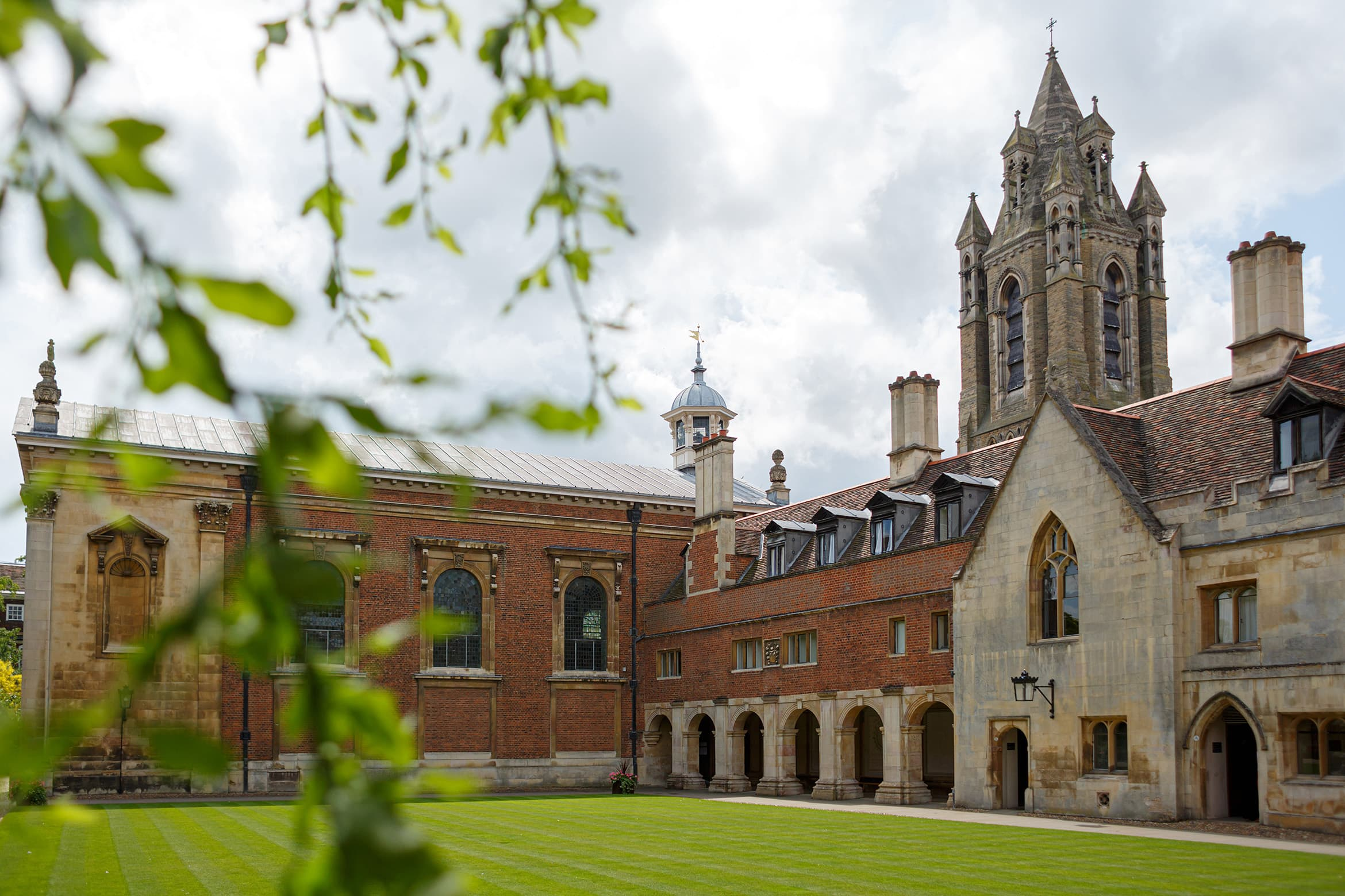 the courtyard at a pembroke college wedding